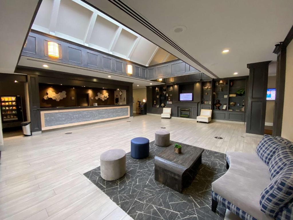 The lobby or reception area at Best Western St Catharines Hotel & Conference Centre