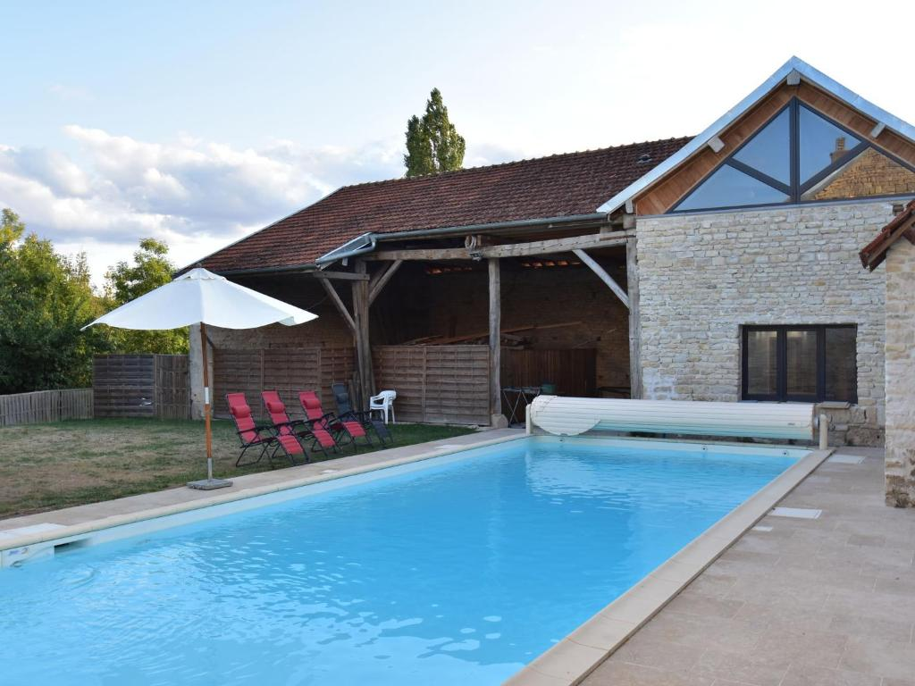 The swimming pool at or near Spacious Country House on River in Channay