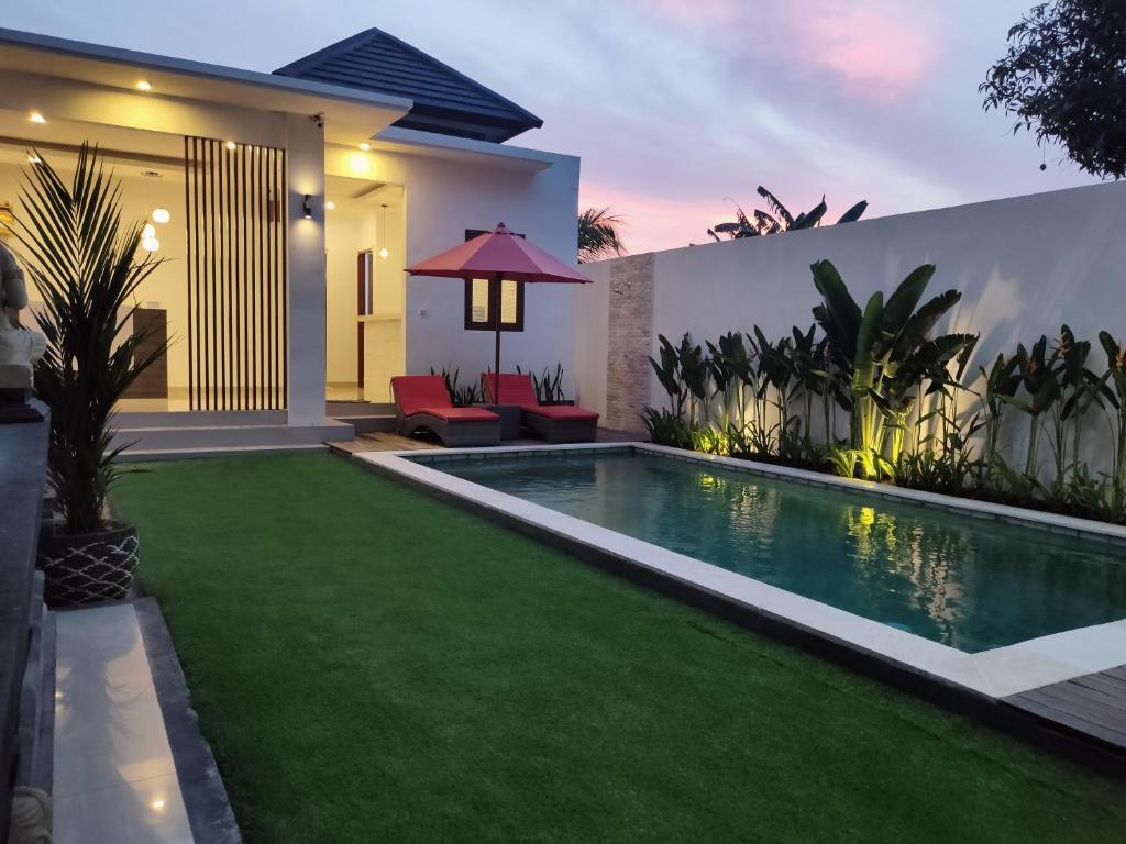 The swimming pool at or close to Pondok DenAyu Homestay