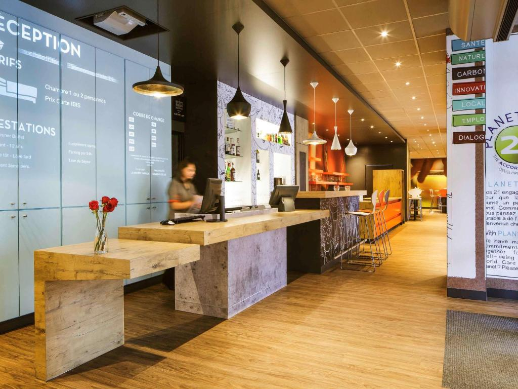 The lobby or reception area at ibis Versailles Château