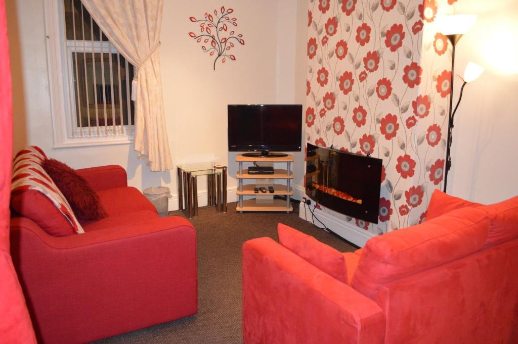 A seating area at Ayrton House Holiday Apartments
