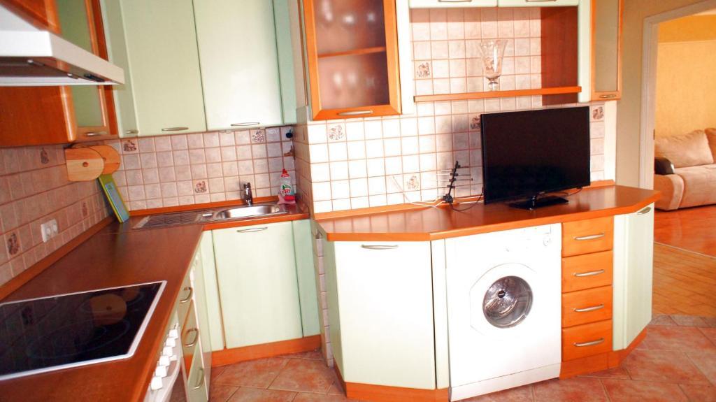 Кухня или мини-кухня в Апартаменты Новоалексеевская