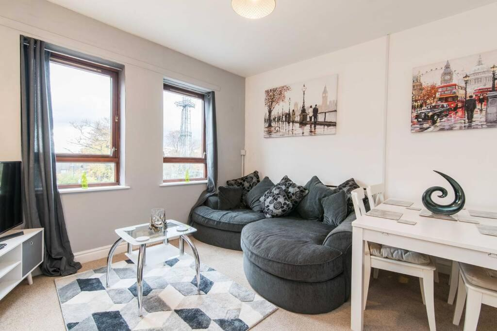 A seating area at Bright and Spacious Apartment with Free Parking