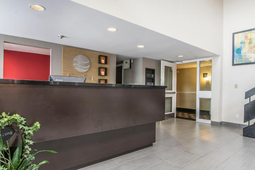 The lobby or reception area at Comfort Inn Brossard