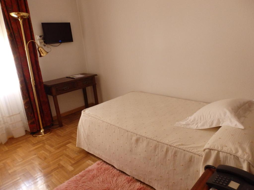 A bed or beds in a room at Hotel Aranda