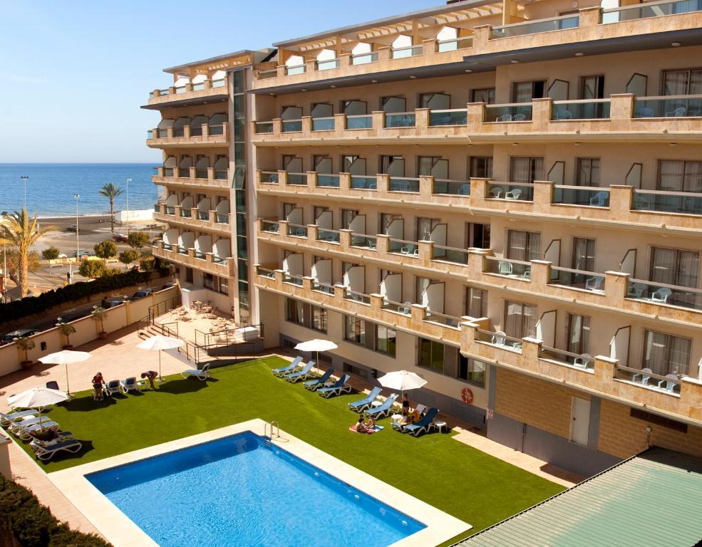 Uitzicht op het zwembad bij BQ Andalucia Beach Hotel of in de buurt
