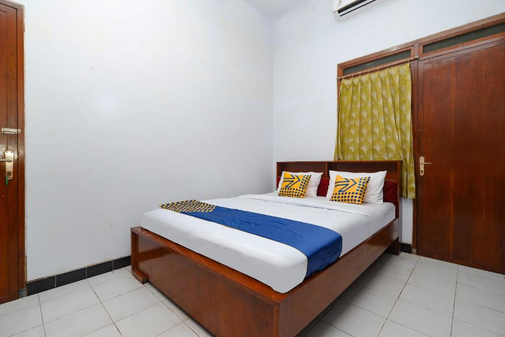 A bed or beds in a room at OYO 2240 Simpang Tujuh Residence