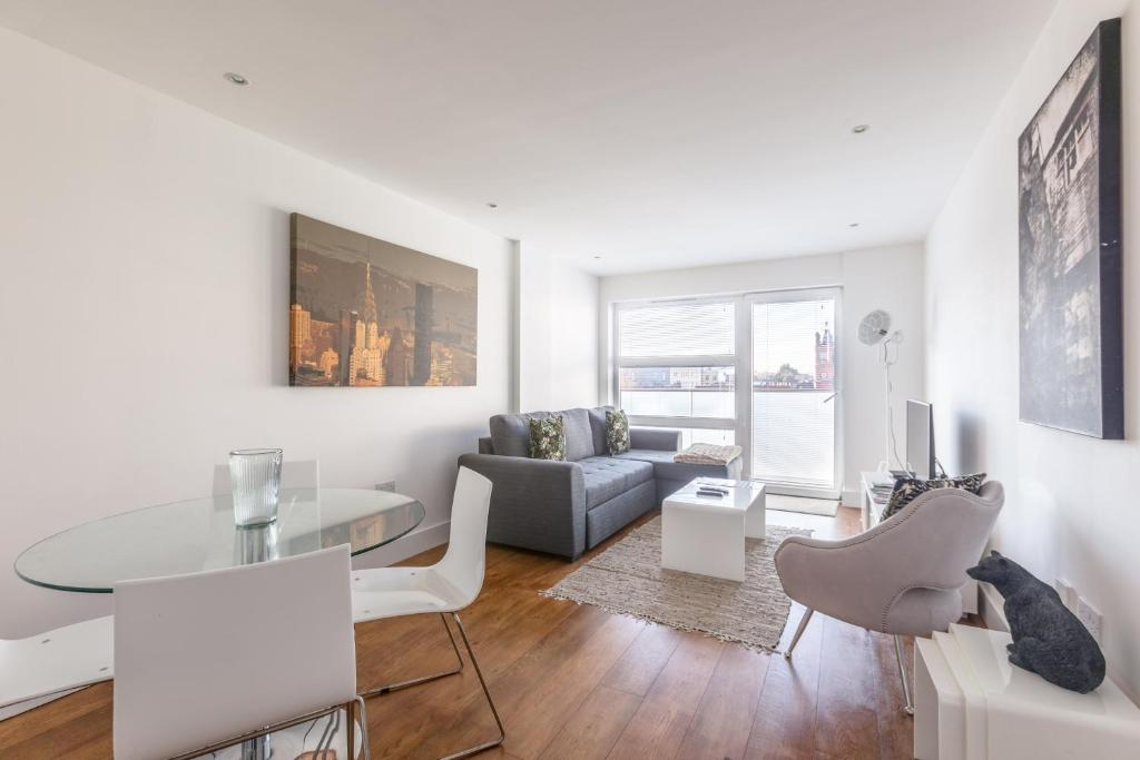 A seating area at Luxury 2-Bed Flat w Parking