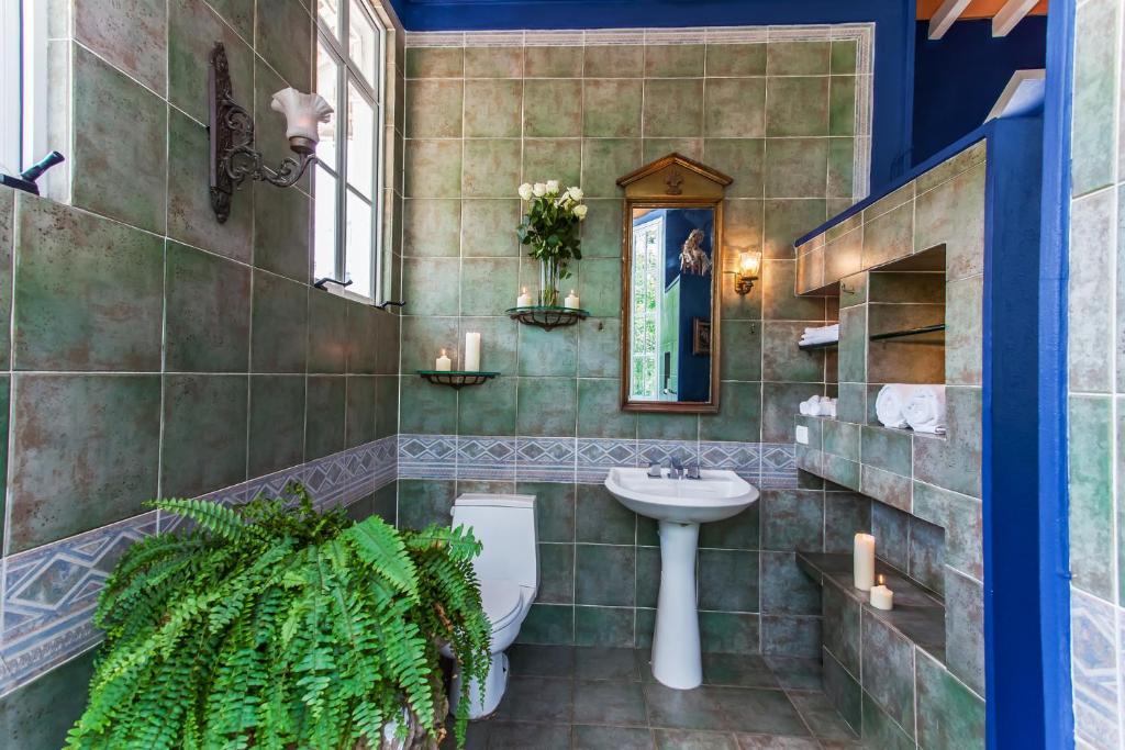 A bathroom at Garlands Del Rio