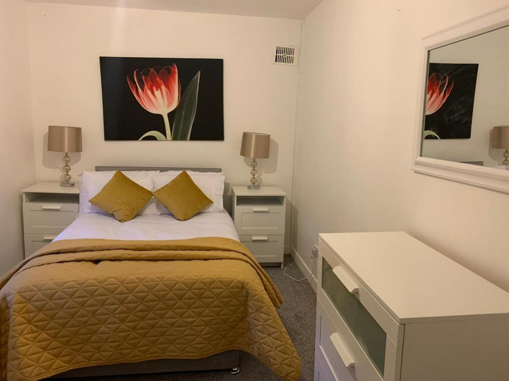 A bed or beds in a room at Self-Contained Vacation Apartment Ann-St Greenock