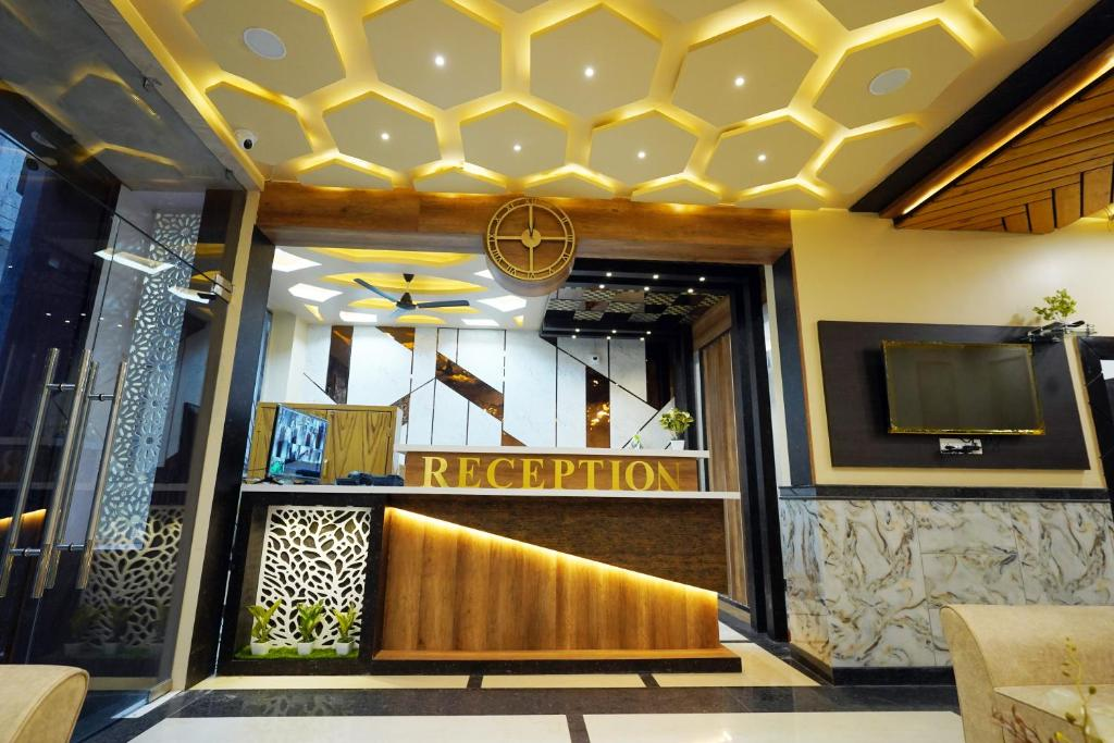 The lobby or reception area at Hotel Alishaan 30 Mtrs from Dargah