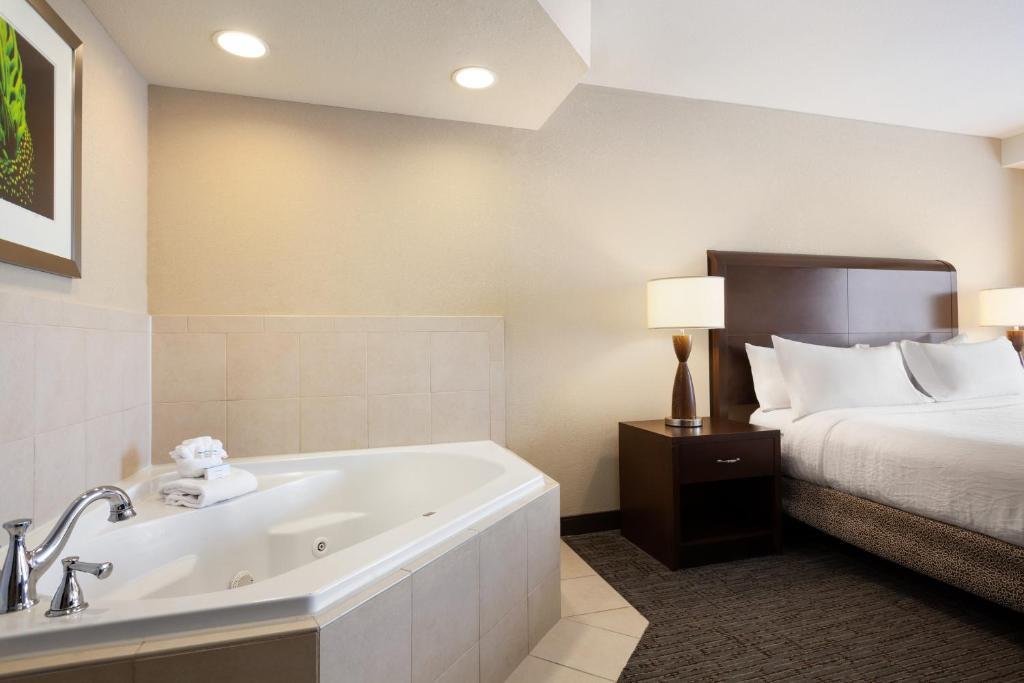 A room with a whirlpool tub at the Hilton Garden Inn Atlanta Downtown.