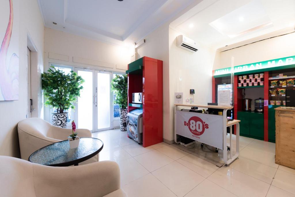 The lobby or reception area at De 80's Matraman