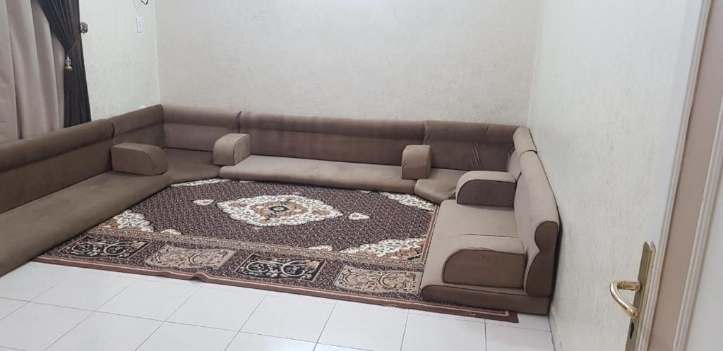 Uma área de estar em Durrat Al Motamizon Furnished Apartment 1