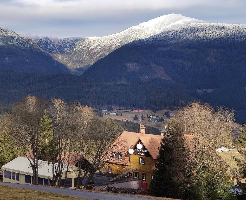 Nespecifikovaný výhled na hory nebo výhled na hory při pohledu z penzionu