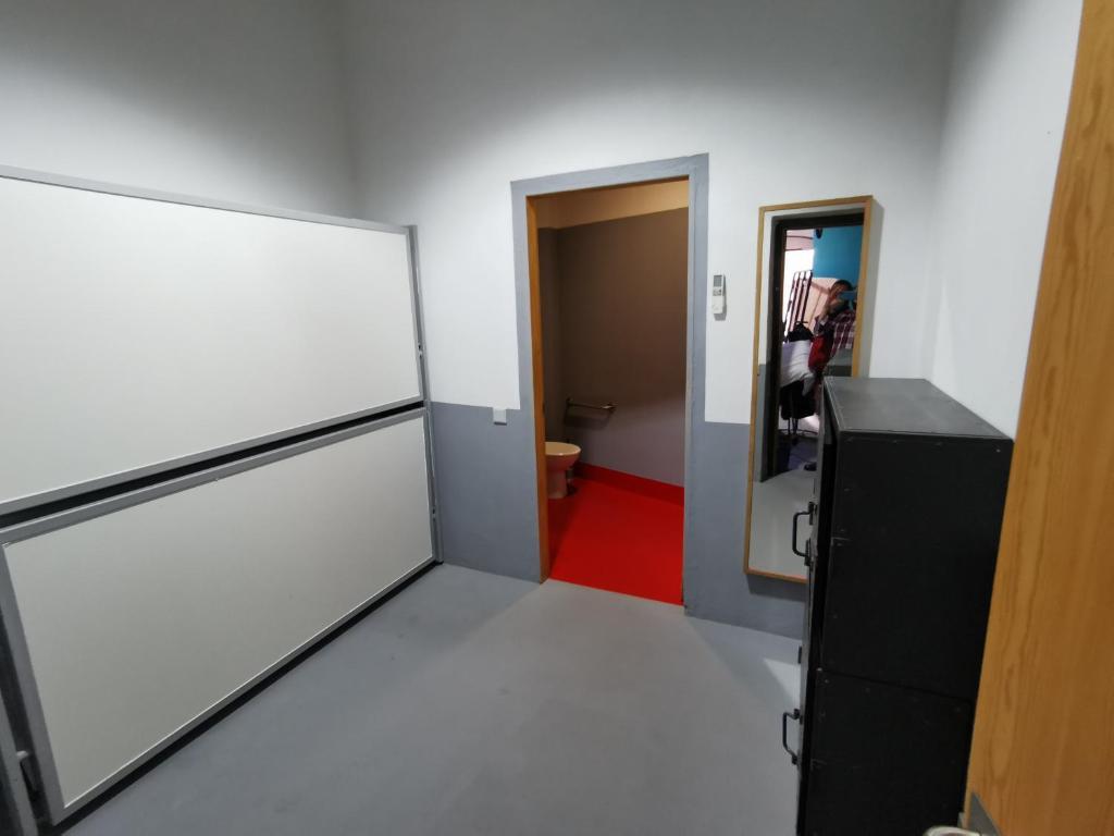 Télévision ou salle de divertissement dans l'établissement Traveller Box Hostel