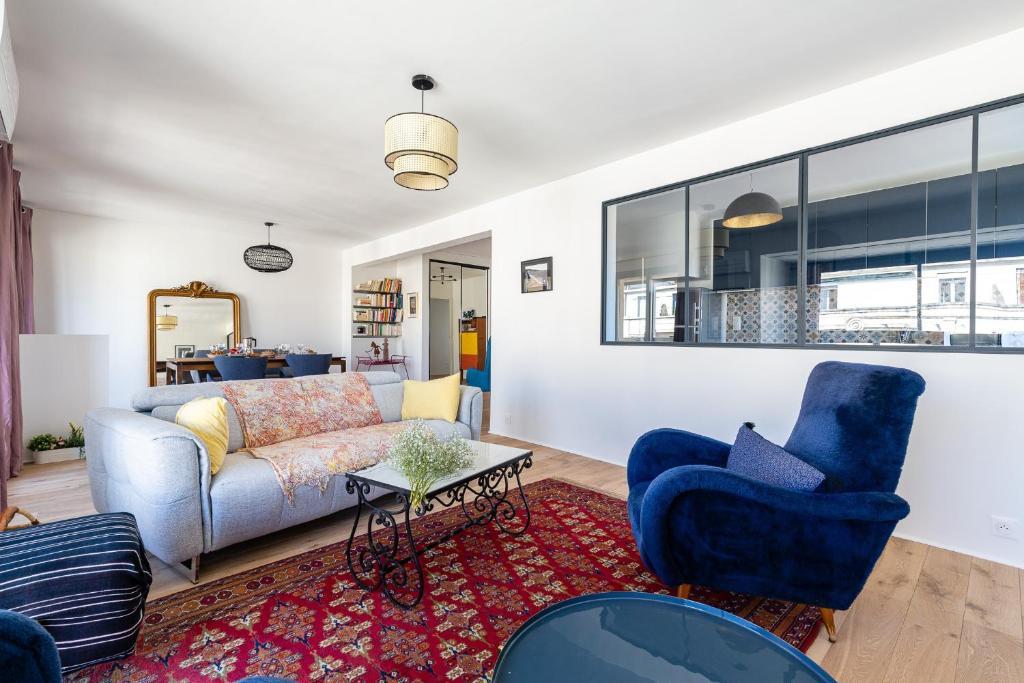 A seating area at Mimi - Bel appartement climatisé avec vue sur Notre Dame, refait à neuf