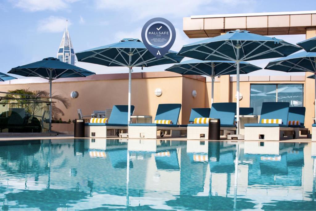 Бассейн в Pullman Dubai Jumeirah Lakes Towers или поблизости