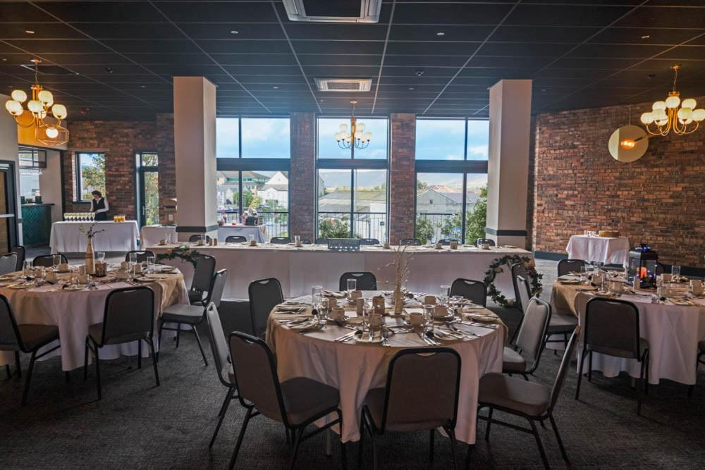 A restaurant or other place to eat at Broadcroft Hotel