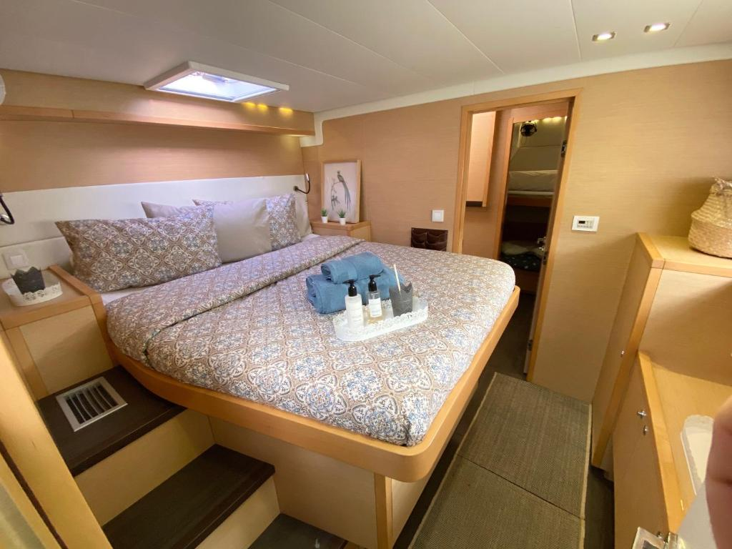A bed or beds in a room at Catamaran Mercurey