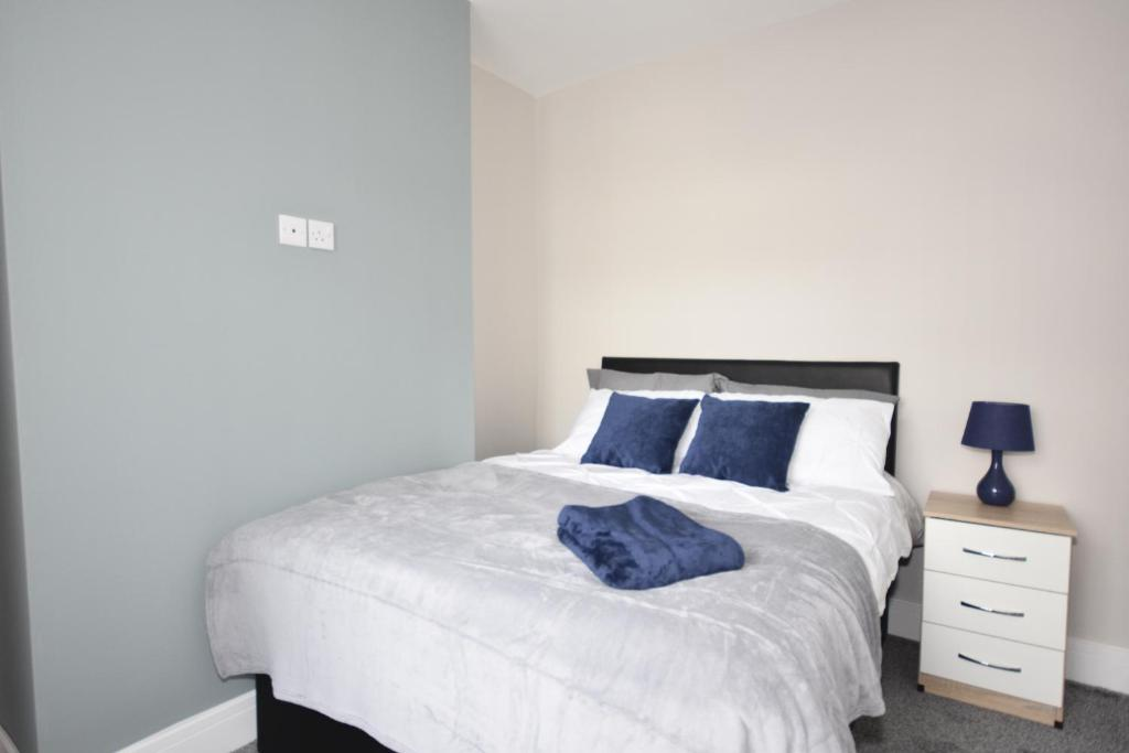 A bed or beds in a room at Townhouse @ Penkhull New Road Stoke