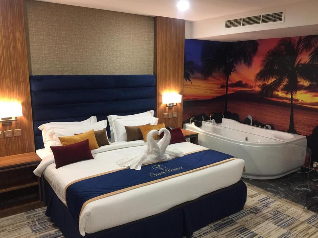 سرير أو أسرّة في غرفة في أورينتال رزيدنس الدمام