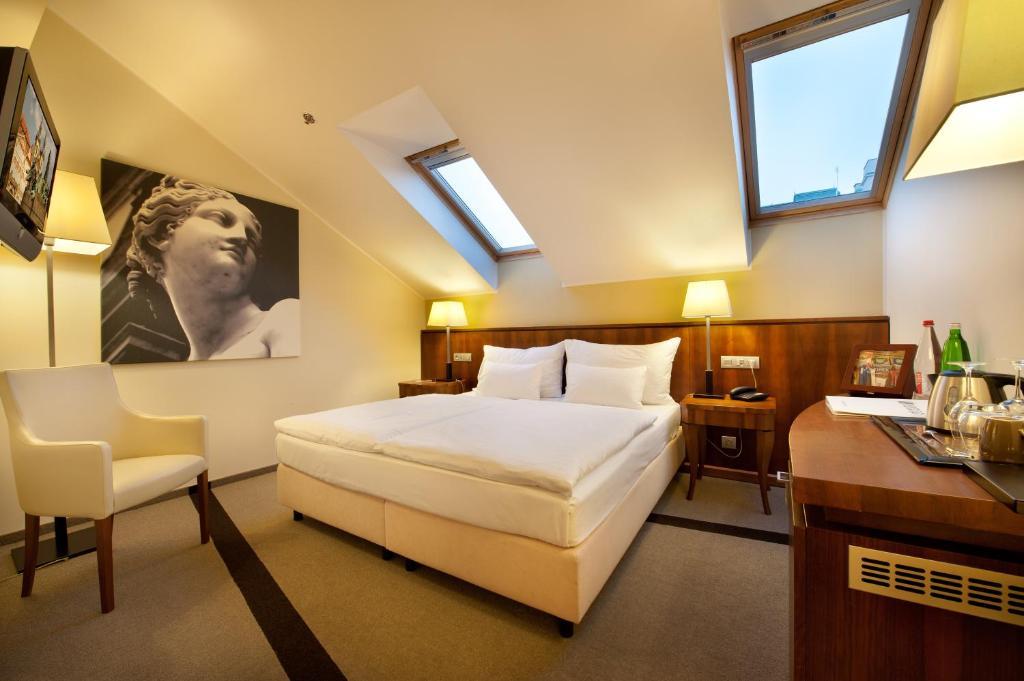 Кровать или кровати в номере Hotel Sovereign Prague