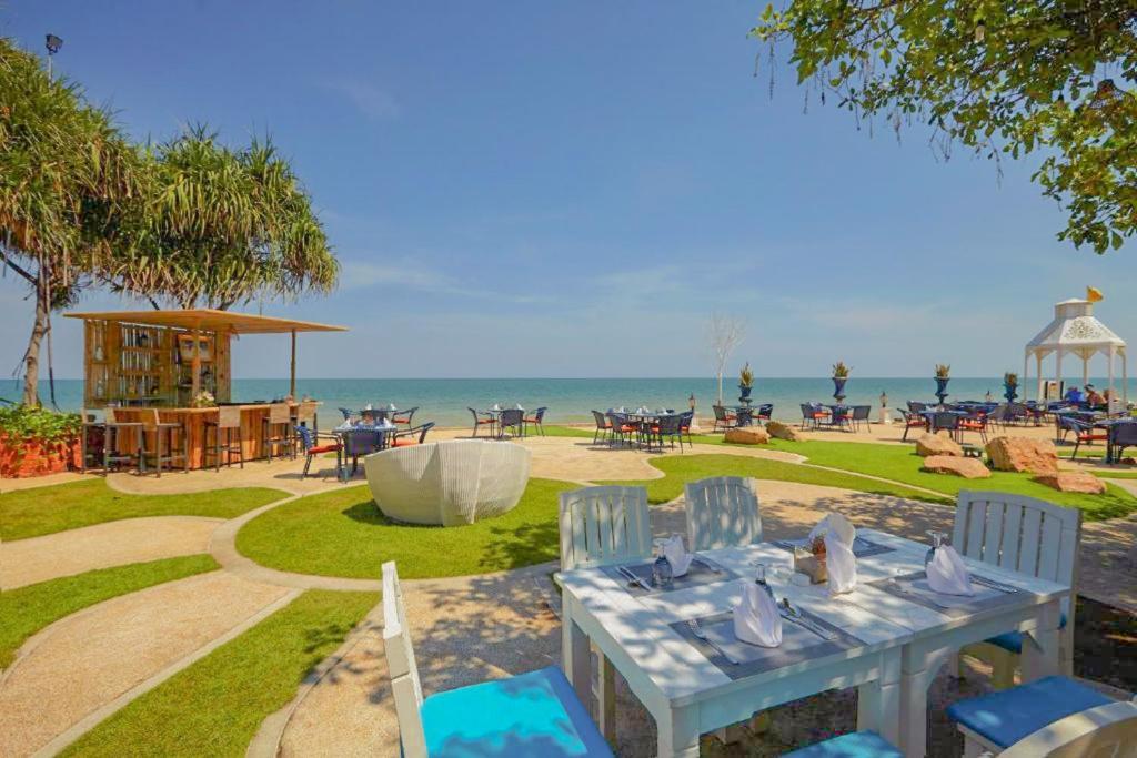 Een restaurant of ander eetgelegenheid bij Wora Bura Hua Hin Resort & Spa