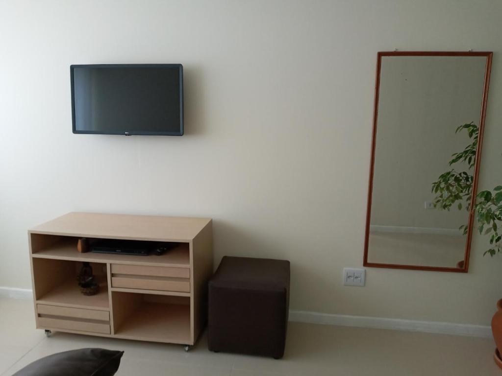 A television and/or entertainment centre at Apartamento frente ao mar