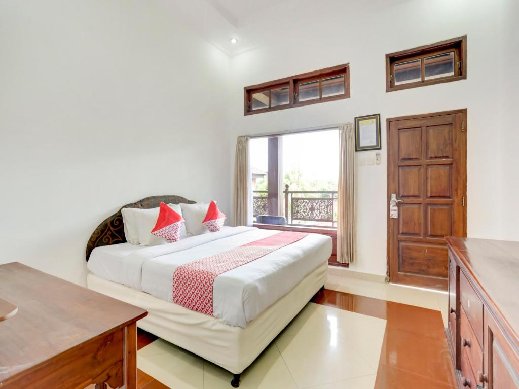 A bed or beds in a room at OYO 3261 Hotel Ratu