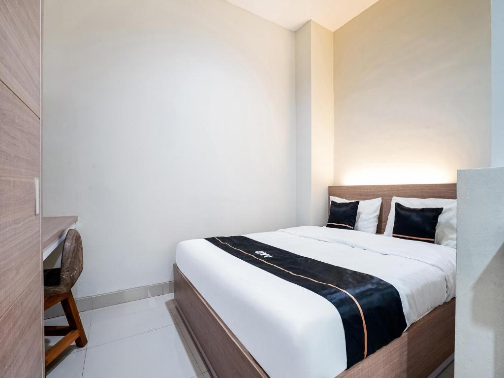 A bed or beds in a room at OYO 90134 Santika Fidela
