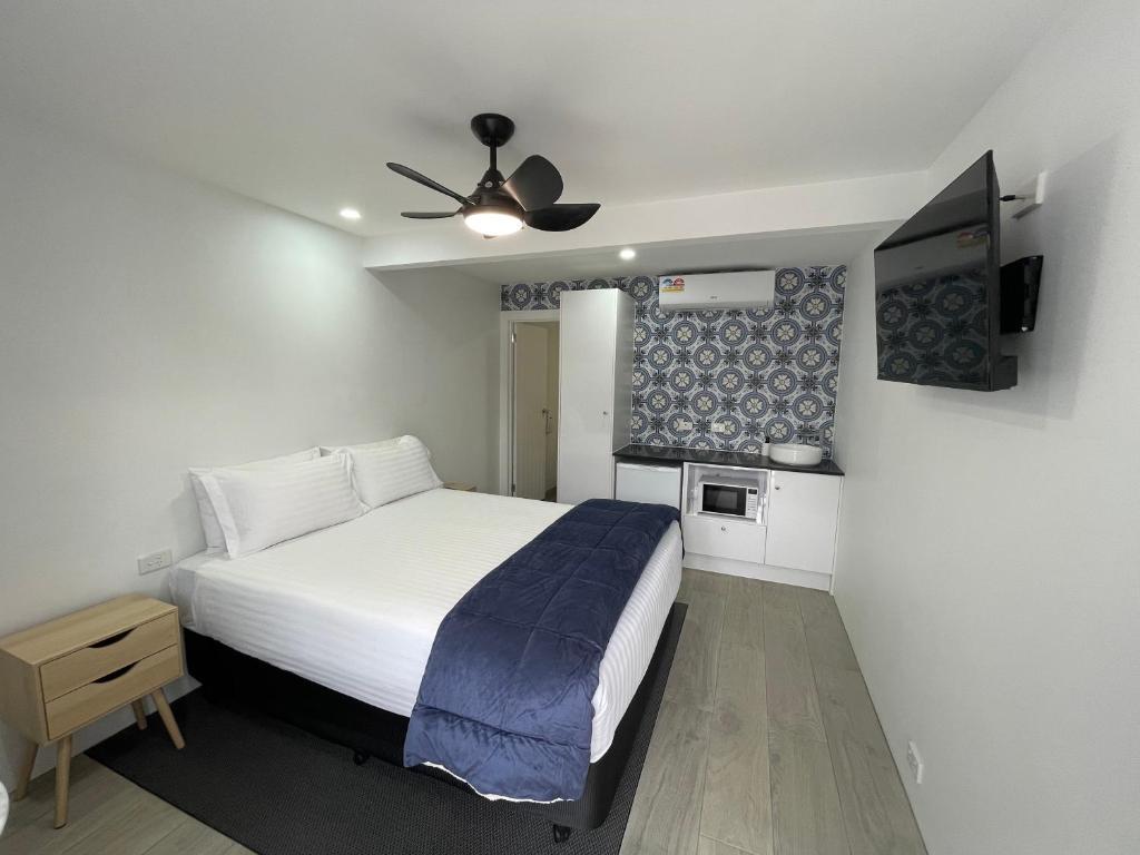A bed or beds in a room at Happy Wanderer Motel Bendigo