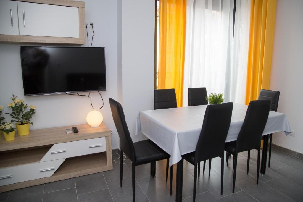 Una televisión o centro de entretenimiento en Apartamentos La Plazuela