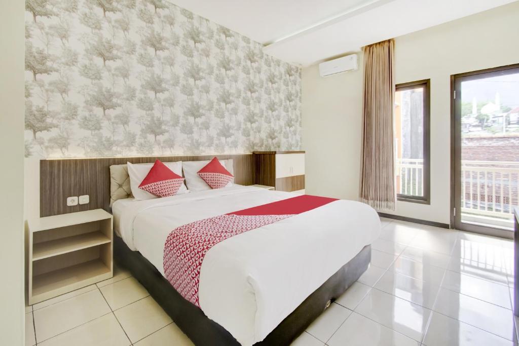 A bed or beds in a room at OYO 1024 Palem Asri Residence Syariah