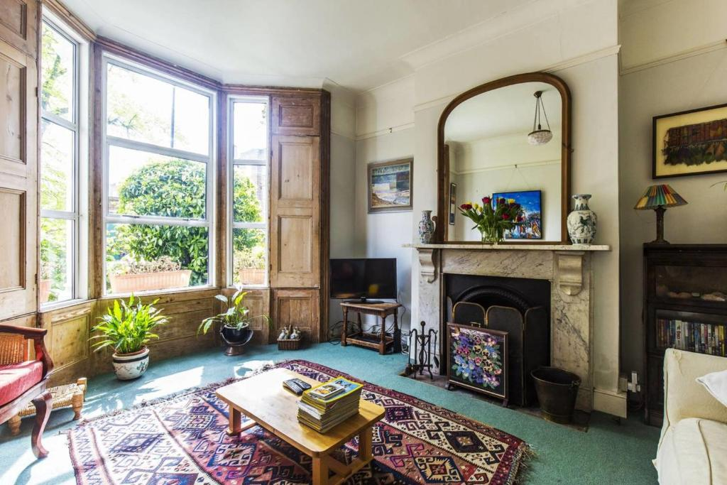 A seating area at GuestReady - Gorgeous Victorian Home wGarden up to 6 guests!