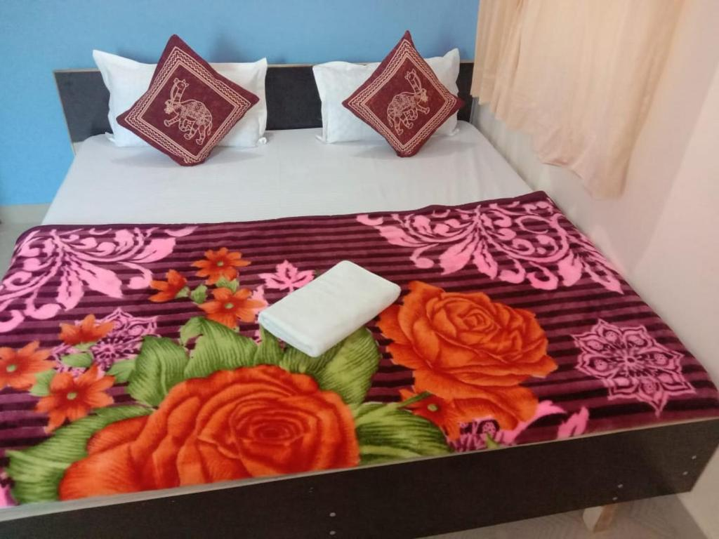A bed or beds in a room at Shivalik Hotel-Restaurant