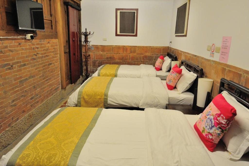A bed or beds in a room at Feng Mao Lin Zhi