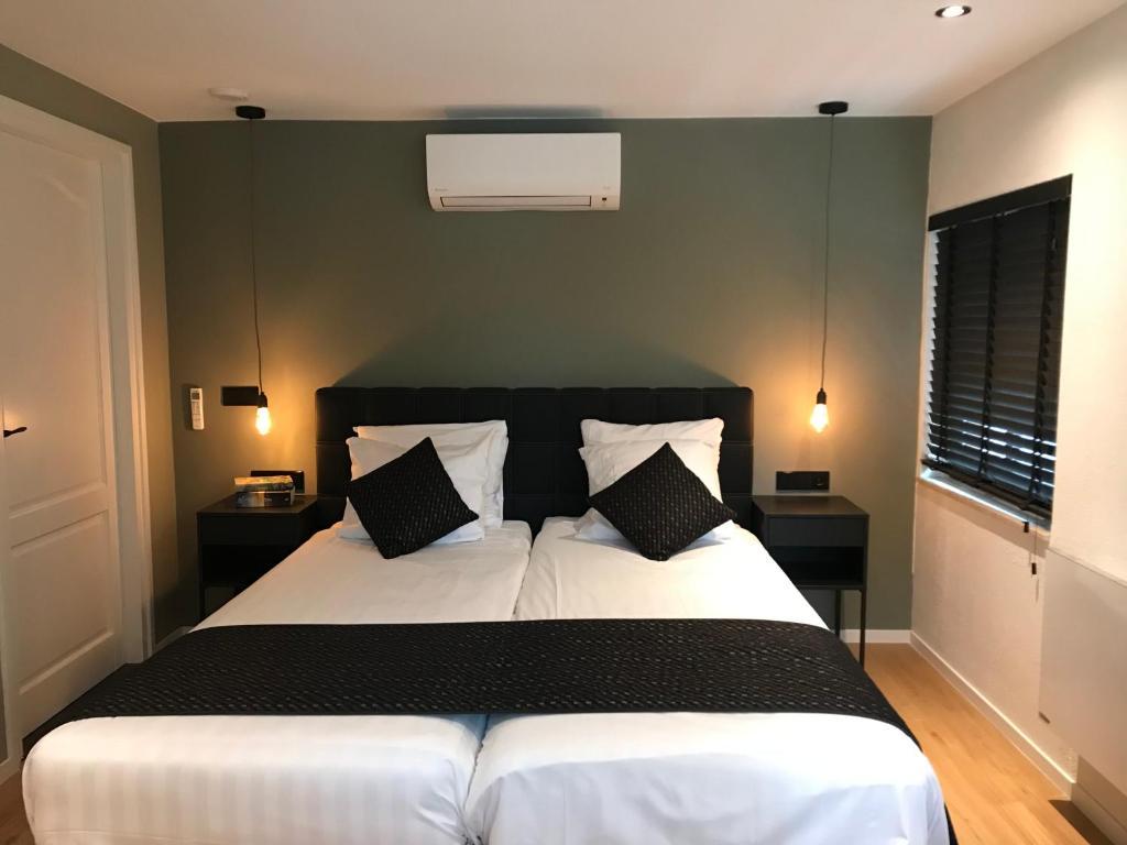 A bed or beds in a room at Hotel & Appartement de Zevende Heerlijkheid