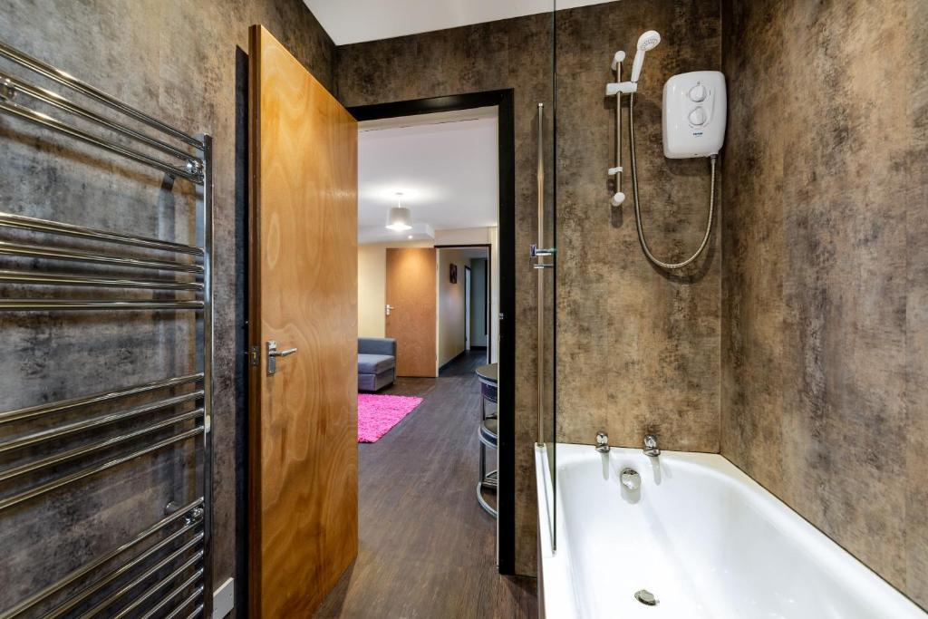 A bathroom at Beaming Paradise Newcastle