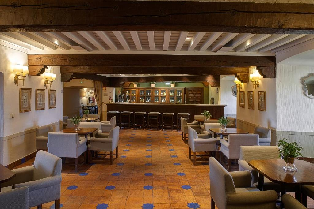 The lounge or bar area at Parador de Oropesa