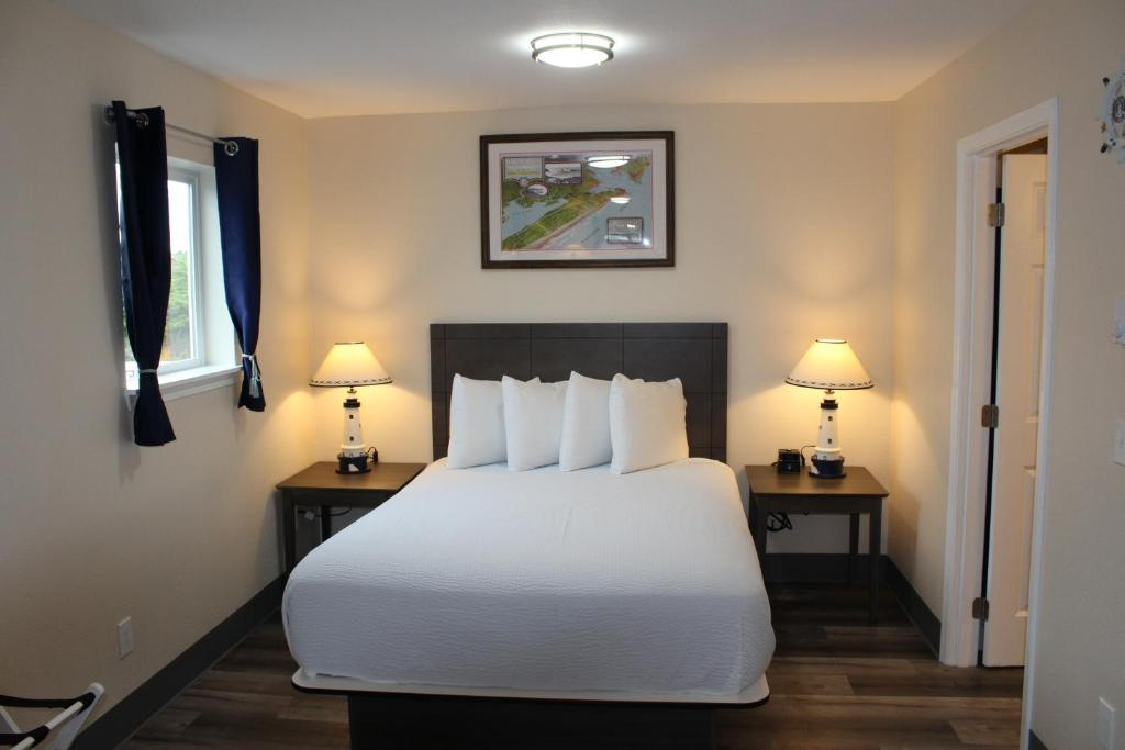 A bed or beds in a room at Inn at the Sea