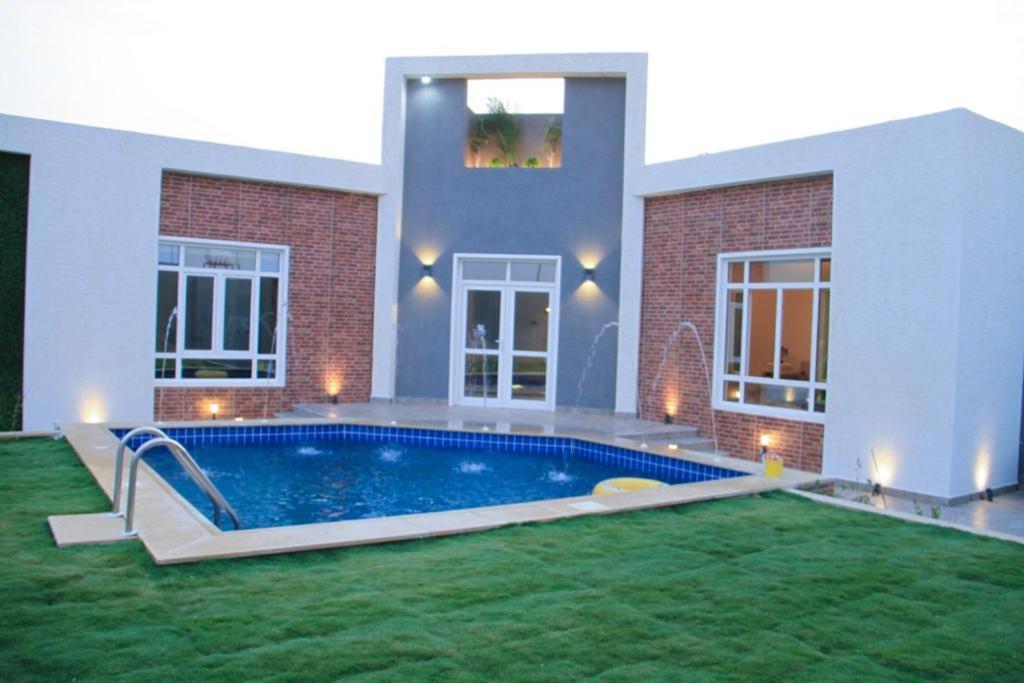 A piscina localizada em شاليه تورو ou nos arredores