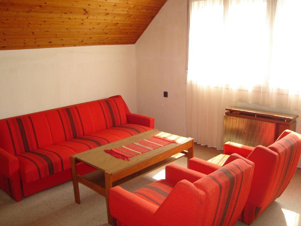 A seating area at Lilla Apartmanház