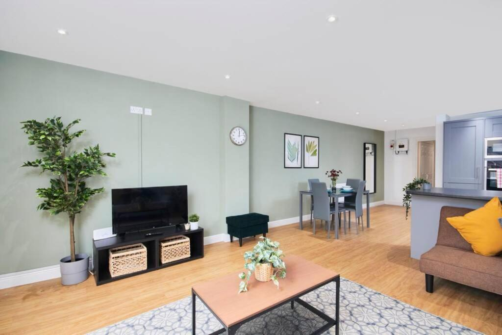 A television and/or entertainment center at Exquisite Apartment - Sleeps 8 - Garden - Parking