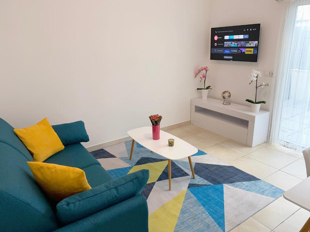 A television and/or entertainment centre at Appartement la plage de la pointe rouge