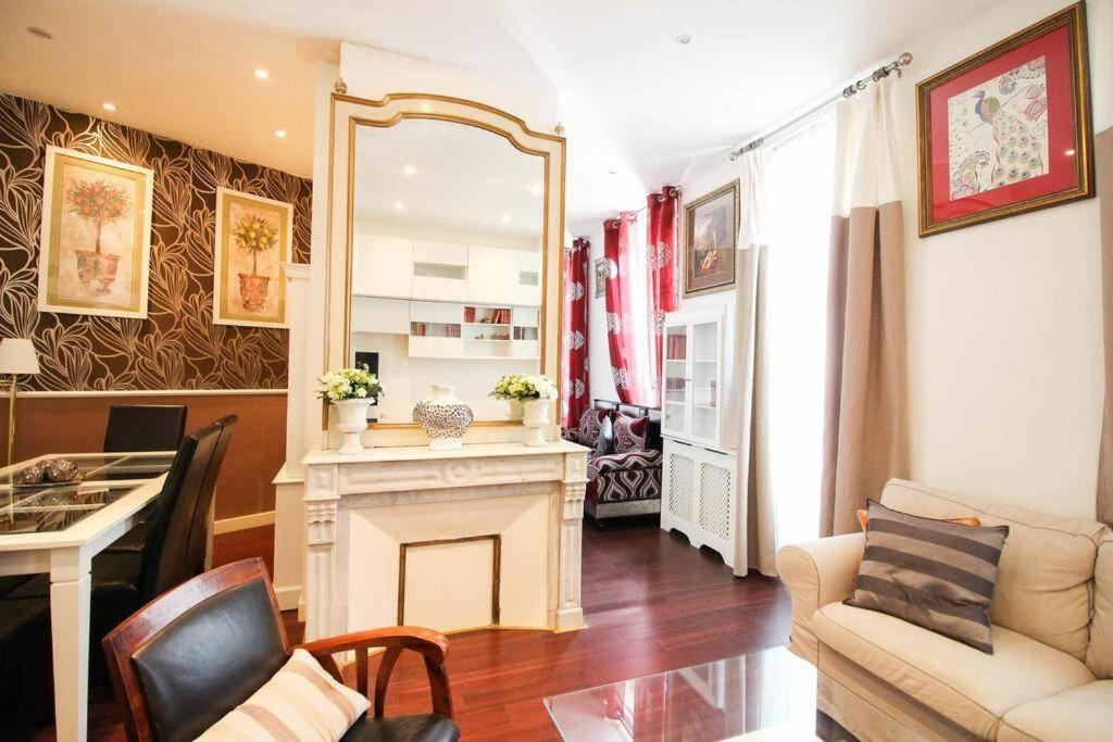 A seating area at Grand appartement pour 4 personnes/ Cours Lieutaud