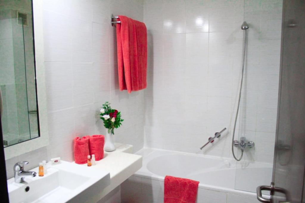 A bathroom at hôtel LE PACHA