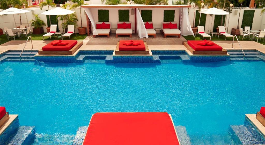 Der Swimmingpool an oder in der Nähe von Spanish Court Hotel