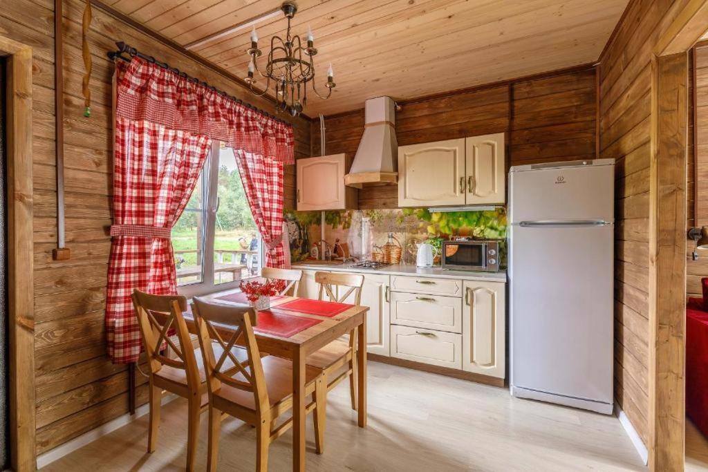 Majoituspaikan Baza Otdyha Borodinskoye keittiö tai keittotila