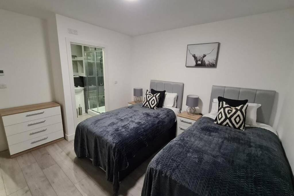 A bed or beds in a room at Luton 2 Bedroom Apartment Home from Home